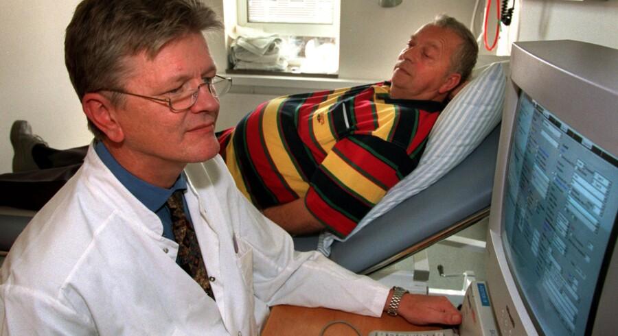 Skejby Sygehus. Overlæge Per Hostrup med hjertepatient Eigild Jakobsen klar til at gennemgå patient journalen.