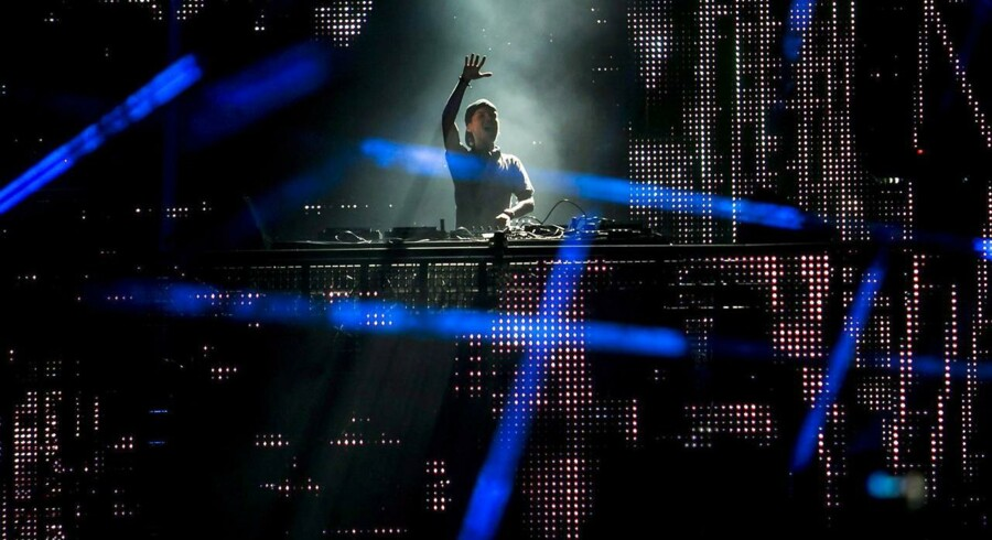 Den 24-årige svenske DJ Avicii med det borgerlige navn Tim Bergling står for hybriden af de to genrer. Her spiller han til Balaton Sound Festival i Ungarn.epa03784874 Swedish Avicii (Tim Bergling) performs on stage during a concert at the Balaton Sound Festival in Zamardi, 110 kms southwest of Budapest, Hungary, late 11 July 2013. EPA/BALAZS MOHAI HUNGARY OUT