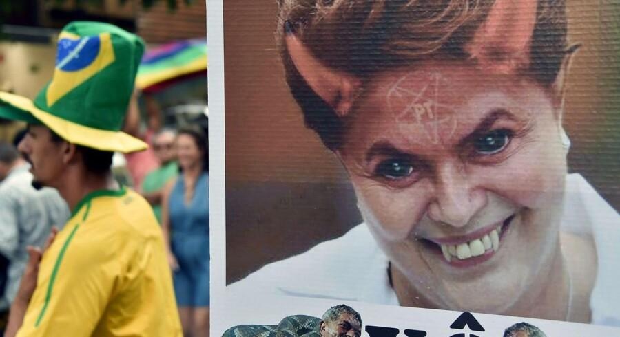 Brasiliens præsident rykkede natten til søndag et skridt videre mod afslutningen af sit politiske liv, da et flertal i parlamentets underhus, som ventet, stemte for en rigsretssag mod hende og dermed sendte bolden videre til senatet. Billedet er fra en demonstration mod præsidenten forud for afstemningen.