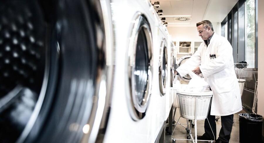Science Manager ved Novozymes, Lee Murphy, som her står i vaskelaberatoriet.