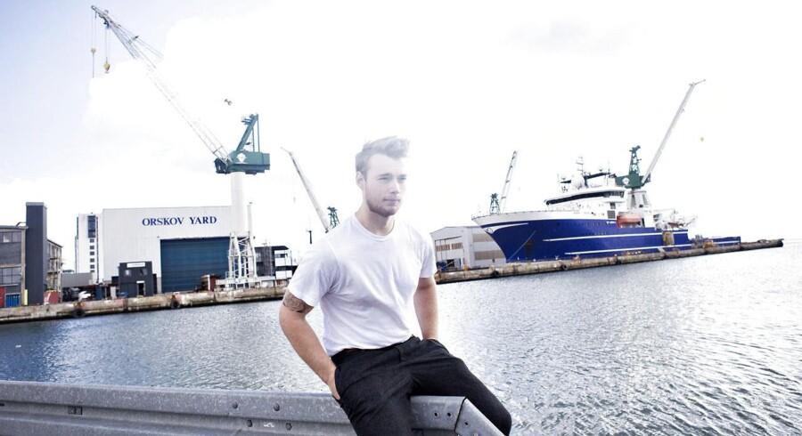 Theis Mariager foran værftet i Frederikshavn, hvor hans far arbejder. Theis kommer fra en arbejderfamilie og begynder tirsdag på medicinstudiet på Aalborg Universitet.
