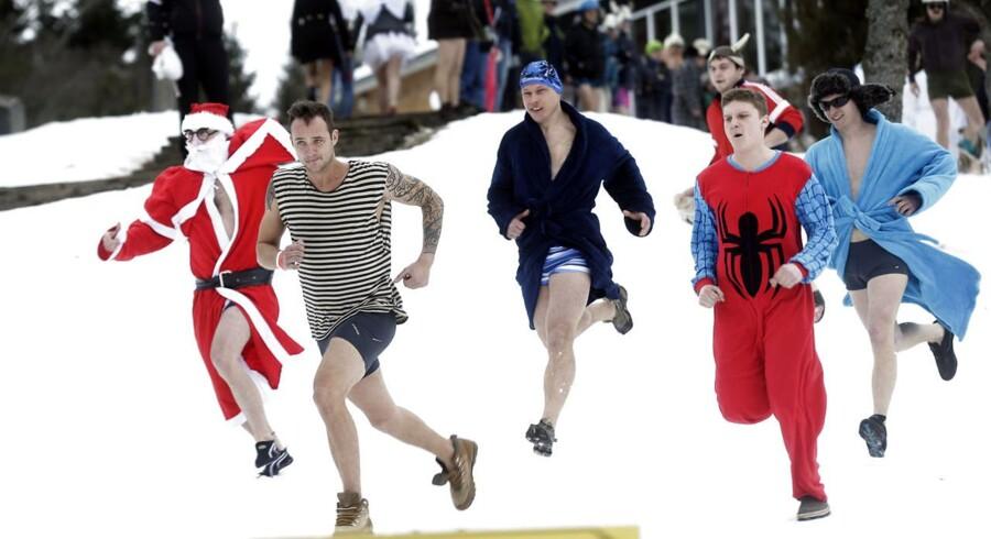 Mere end 1.000 deltog i weekenden i det årlige »Otepää sauna maraton« hvor man på 6 timer skal nå rundt til så mange saunaer som muligt i den lille by i Estland.Deltagerne løber så hurtigt de kan mod den nærmeste sauna ved »Otepää Sauna Maraton« i Otepaa, Estland.Klik videre for at se flere billeder af løbet.