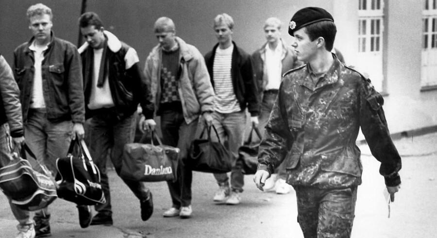 1987: Kronprinsen aftjener sin værnepligt ved livgarden på Høvelte Kaserne. Han avancerer til sergent samme sted og modtager nye rekrutter.. (Foto: /Ritzau Scanpix). (Foto: Jørgen Jessen/Ritzau Scanpix)