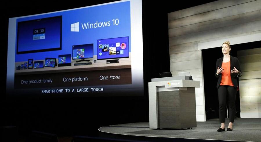 Windows 10 skal være det samme styresystem på alt udstyr, men det tager lidt længere tid for Microsoft at blive klar. Her vises lidt af Windows 10 på Microsofts årlige aktionærmøde i Washington tidligere i december. Arkivfoto: Jason Redmond, Reuters/Scanpix