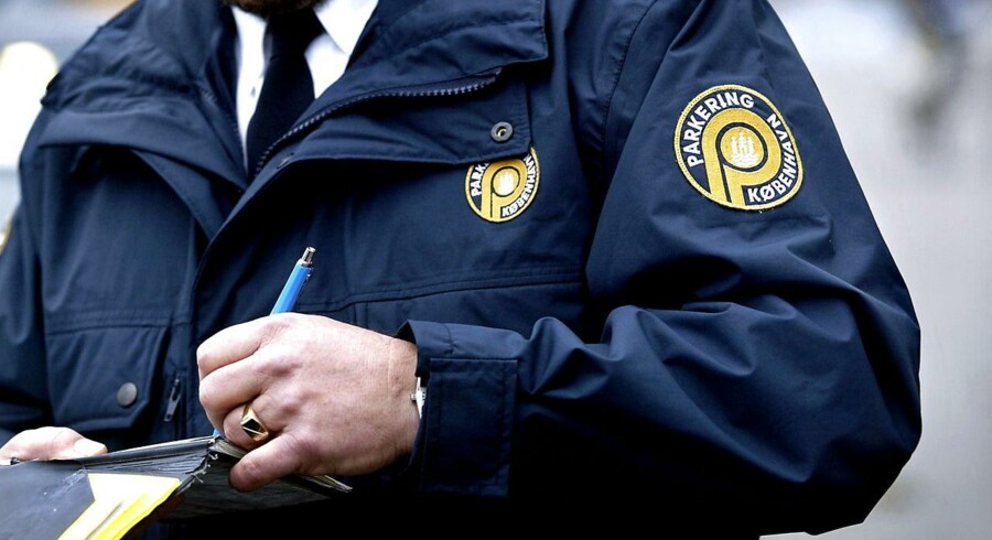 Arkivfoto. Københavns parkeringsvagter skal udstyres med en ny skriggul jakke for at øge sikkerheden. Men parkeringsvagterne frygter, at det vil føre til mere chikane.