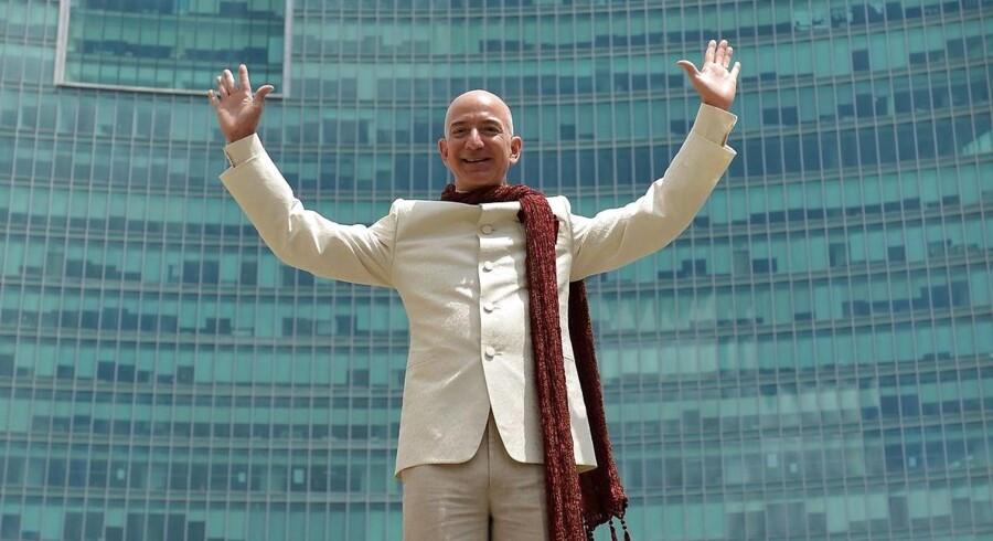 Amazons grundlægger og topchef Jeff Bezos kan grine hele vejen til banken. Den 51-årige forretningsmand er placeret som nummer 15 på Forbes milliardærliste. Her ses han under et besøg hos Amazons hovedkontor i Indien.