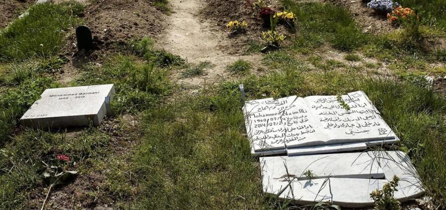 Arkivfoto. Mere end 50 gravsten var væltet og flere knust på den muslimske gravplads. Gravskænderiet fandt sted i ly af mørket natten til lørdag.