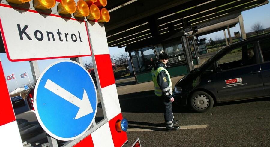 ARKIVFOTO 2002. I forbindelse med EU-topmødet i København er paskontrollen ved den dansk tyske grænse blevet genindført. Her kontrolleres en bil tirsdag middag dec. 10, 2002 ved motorvejen ved Frøslev.