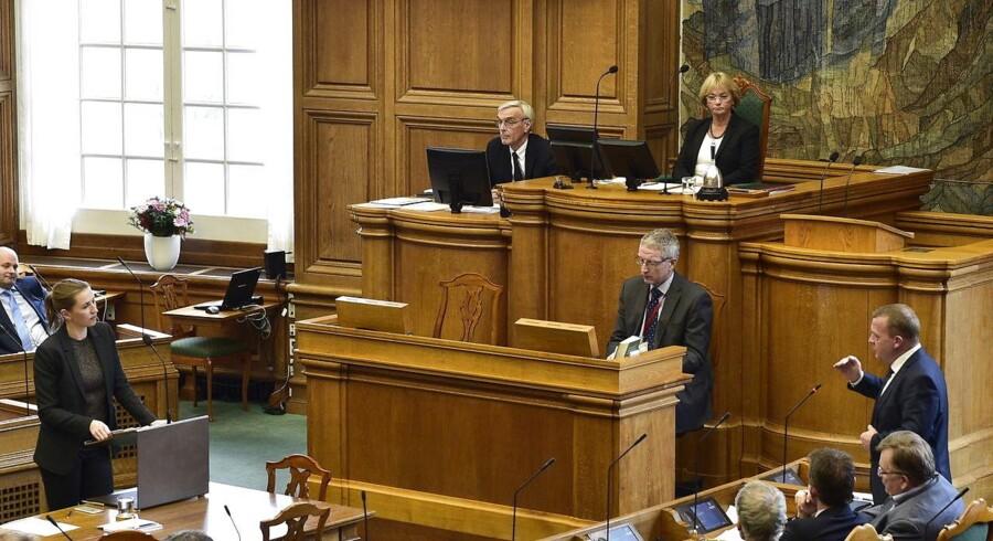 Vederlagskommissionen, som har til opgave at kulegrave politikernes løn- og pensionsforhold, vil foreslå at hæve lønnen for folketingspolitikere og ministre med omtrent 15 procent.