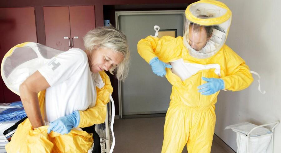 Arkivfoto: Ebola-beredskab på Hvidovre Hospital. Overlæge, dr.med. Gitte Kronborg og Professor, Overlæge, dr.med. Thomas Benfield ifører sig beskyttelsesdragter.