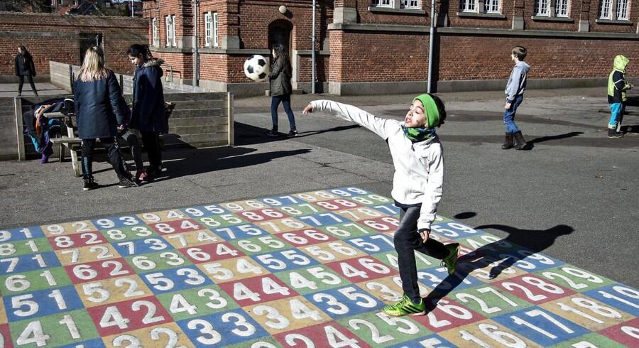 Når det bliver sommerferie, er det for altid slut med frikvarterer med leg i skolegården på Hadsundvejens Skole i Randers. Den lille skole lukker, og børnene skal over på andre af byens folkeskoler eller privatskoler.