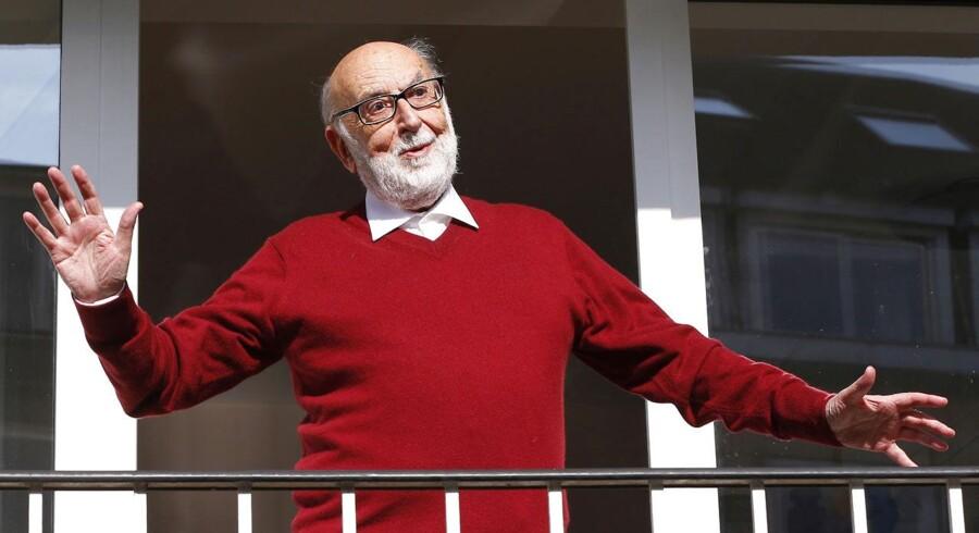 Den 84-årige brite Peter Higgs, bliver nu belønnet med Nobelprisen i fysik sammen den 80-årige belgiske fysiker Francois Englert. Englert ses her på balkonen ved sit hus, efter offentliggørelsen af, at han havde fået prisen.