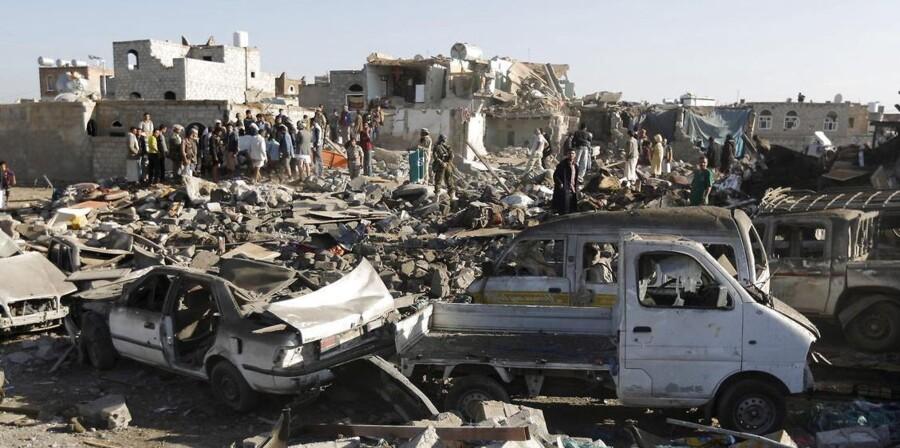 Folk stimler sammen på et område, hvor en saudi-arabisk bombe er slået ned.