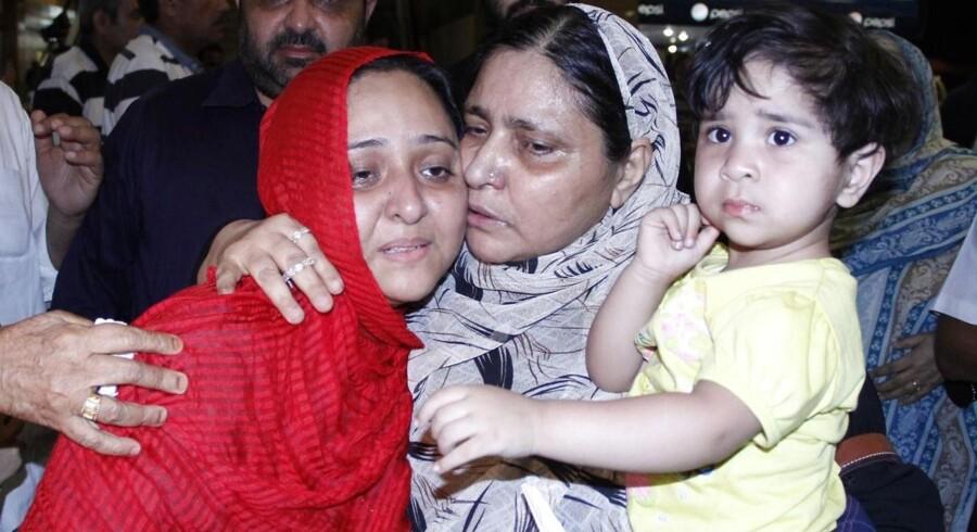 En familie, der er blevet evakueret fra Yemen, modtages af familiemedlemmer.