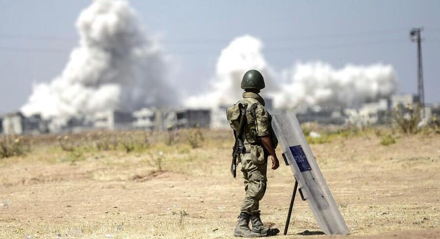 Røgen stiger op fra byen Kobane. Billedet er taget på den tyrksiek side af grænsen ind mod Syrien.