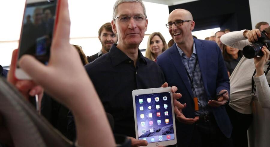 Apples topchef, Tim Cook, med den nye iPad Air 2, som han præsenterede torsdag aften dansk tid, og som skal forsøge at ændre på Apples nedadgående iPad-salg. Foto: Robert Galbraith, Reuters/Scanpix