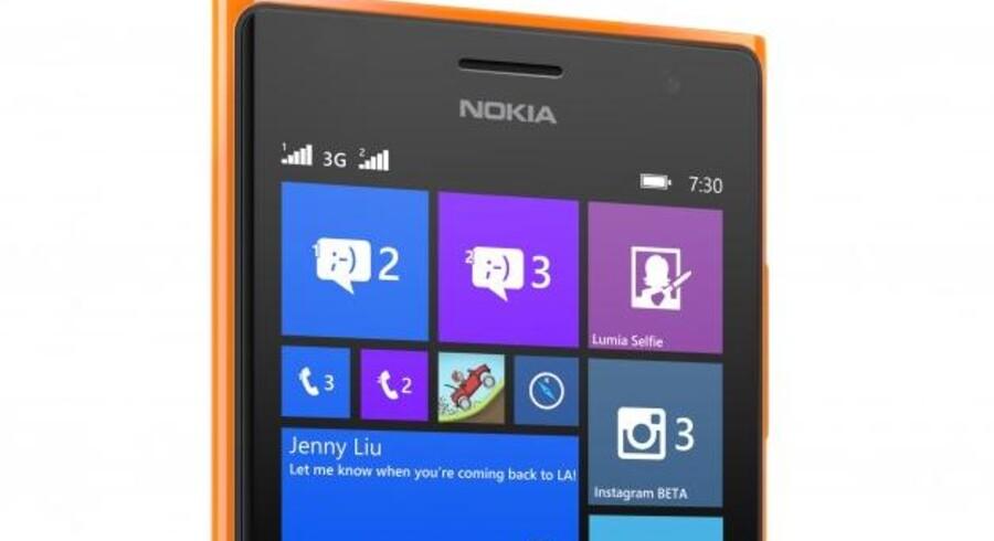 Der står stadig Nokia med tydelige bogstaver på de nye Lumia-telefoner, selv om det nu er Microsoft, der ejer dem. Her er det den nye Lumia 730-telefon, som er en af de tre, der torsdag blev præsenteret i Berlin - her vist med det opdaterede Windows Phone-styresystem, som kommer i løbet af en måneds tid. Foto: Microsoft