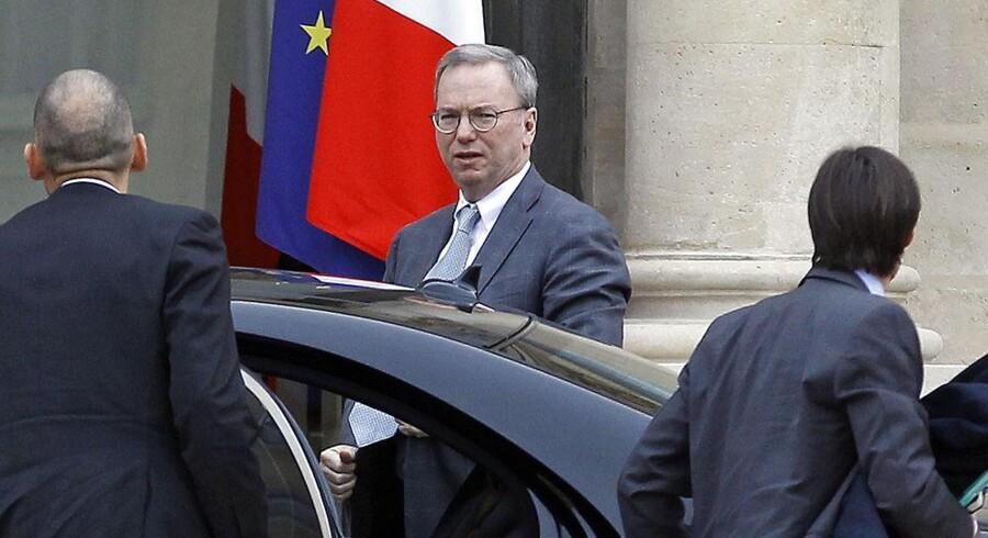 Googles bestyrelsesformand, Eric Schmidt (i midten), kæmper sine kampe. Sidst i oktober var han på besøg hos den franske præsident, François Hollande, i Paris for at forsøge at undgå, at søgemaskinerne skal betale for det indhold, som de suger fra avisernes netsteder og præsenterer i nyhedsoversigter. Arkivfoto: Rémy de la Mauviniere, EPA/Scanpix