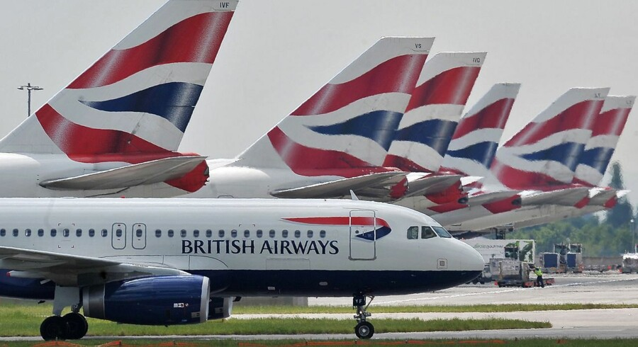 (FILES) A file picture taken on May 21, 2010, shows British Airways aircraft at London's Heathrow Airport. Britain should build a third runway at London Heathrow airport to ease congestion, a government-appointed commission recommended on Wednesday July 1, 2015, despite opposition from environmentalists and London mayor Boris Johnson. AFP PHOTO / CARL DE SOUZA/FILES