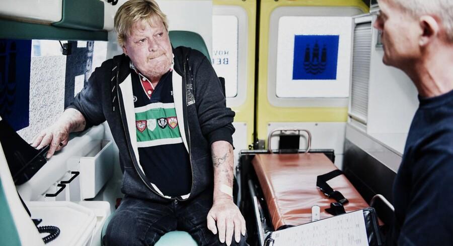 Benny Andersen (tv.) i Sociolancen, som skal køre ham til Amager Hospital og videre tilbage på rette spor.