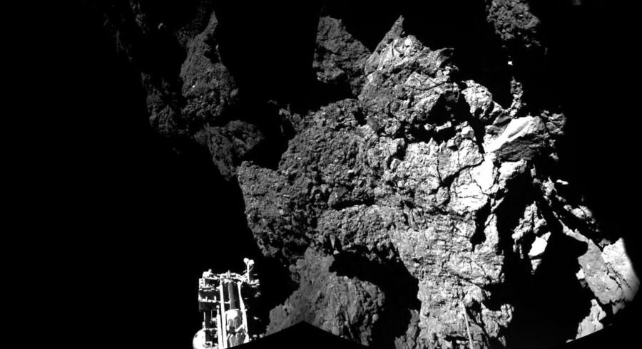 Første panoramabillede fra kometoverfladen. Tyder på, at kometlanderen Philae står skævt på en skrænt. Forrest ses det ene af Philaes tre teleskopben.