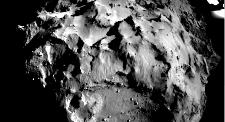 Nærbillede af kometen, optaget fra kometlanderen Philae under dens nedstigning onsdag. Den oprindelige plan var, at den skulle lande i det flade, cirkulære område. Men herfra hoppede den af som følge af svigtende harpuner og landede først endeligt mere end en kilometer derfra.