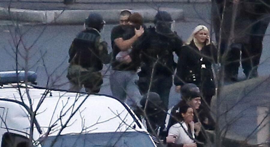 Gidslerne blev evakueret af specialstyrker.