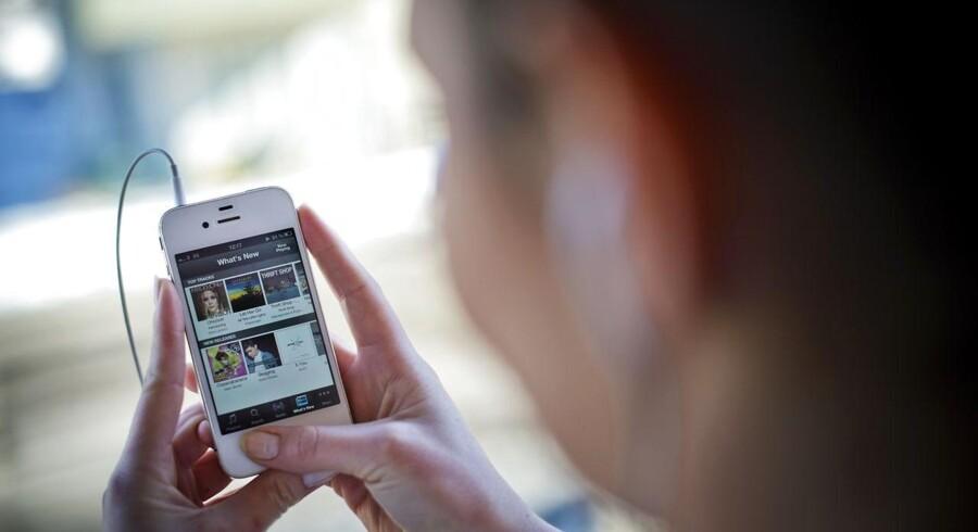 Musik er blevet digital og høres nu oftere og oftere gennem onlinemusiktjenester som Spotify og Wimp på mobiltelefoner, tavlecomputere og PCer. Foto: Jonathan Nackstrand, AFP/Scanpix