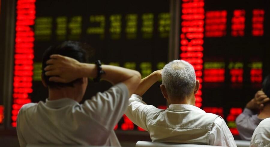 En række institutionelle investorer efterforskes for at have forbrudt sig mod forbuddet mod salg af kinesiske aktier for investorer, der ejer mere end fem procent af et selskab. AFP PHOTO / GREG BAKER