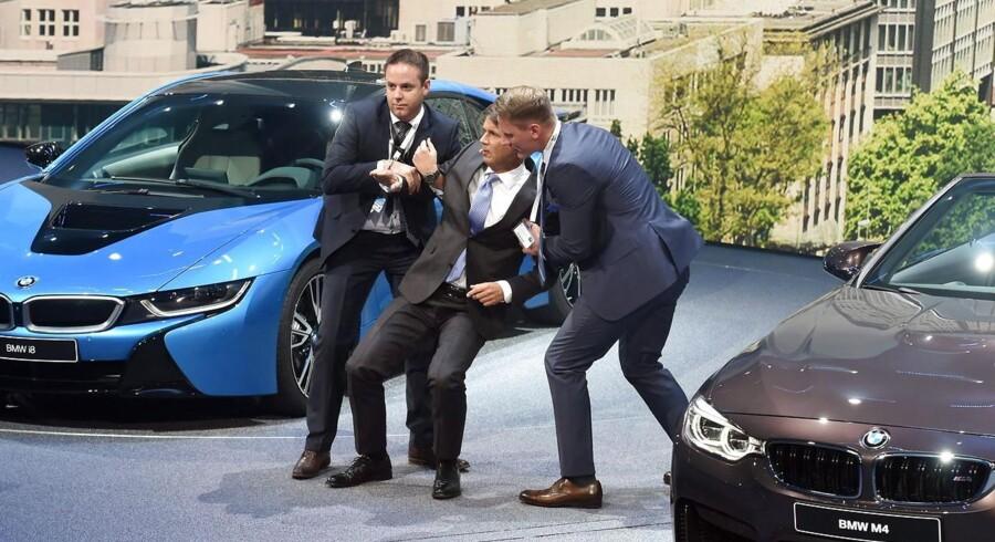 Under en pressekonference besvimede BMW-chef Harald Krüger foran det samlede pressekorps. EPA/ULI DECK