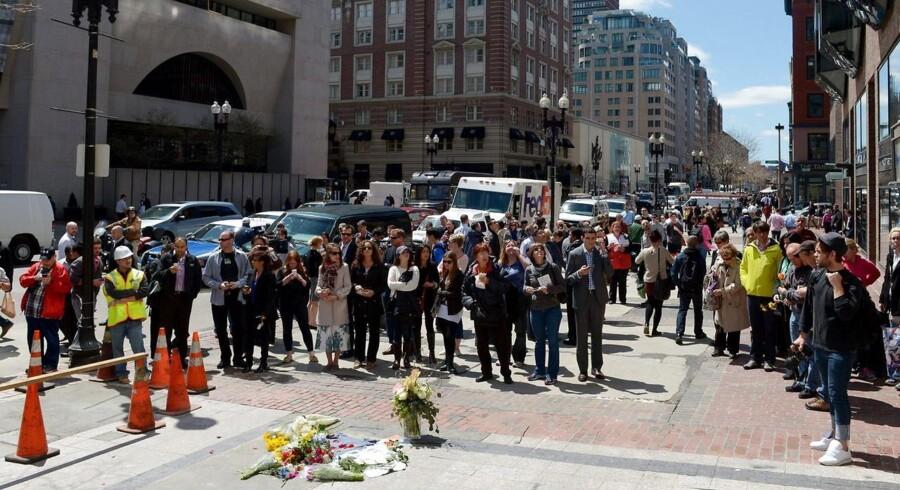 Sørgende er samlet ved stedet, hvor den første bombe ved Boston Marathon sprængte. Efterforskningen af bombeangrebet under maratonet viser, at det formentlig ikke kostede meget mere end 500 dollar (under 3.000 kroner) at føre ud i livet. Justin Lane/AFP