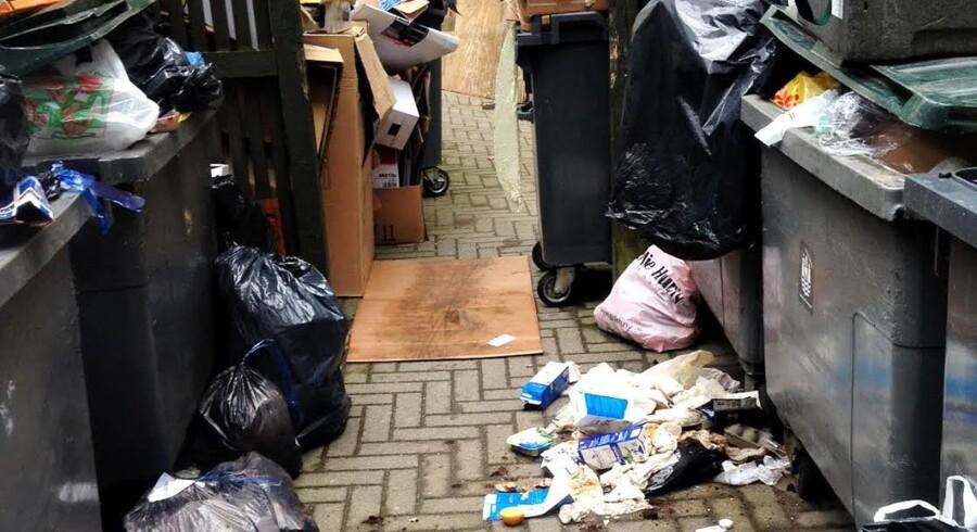 Skralderummet er ved at flyde over med skrald i en baggård ved Istedgade i København.