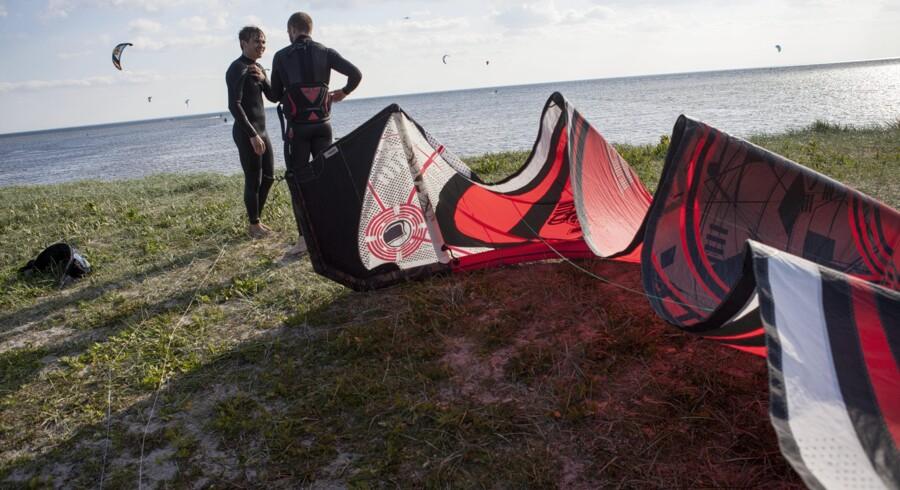 Brugerne kan være med til at forbedre appen f.eks. ved at indberette vindstyrken fra en populær surferlokalitet. Her er det kitesurfere i sommersolen ved Amager Strandpark. Arkivfoto: David Leth Williams
