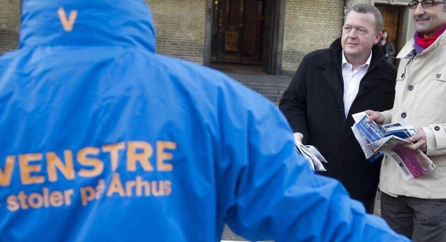 Den kommunale valgkamp er ved at gå ind i sin slutspurt, og partifprofiler fra Christiansborg giver gerne en hånd med, som her Lars Løkke Rasmussen i Aarhus, for at sikre et godt resultat lokalt.