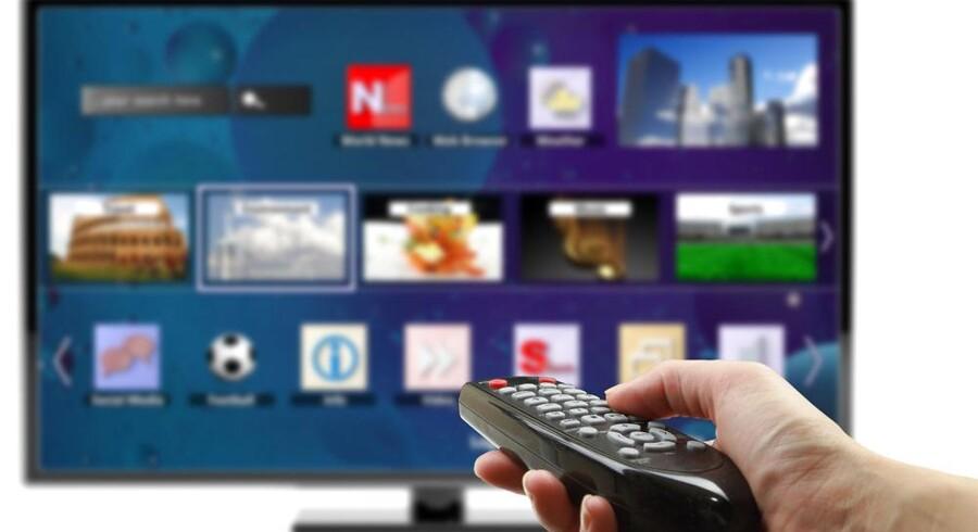 Flere og flere danskere køber et smart-TV, som giver mulighed for at blive koblet på Internet og dermed få adgang til mange forskellige gratis- og købetjenester, f.eks. filmleje, direkte fra TV-skærmen. Foto: Iris/Scanpix