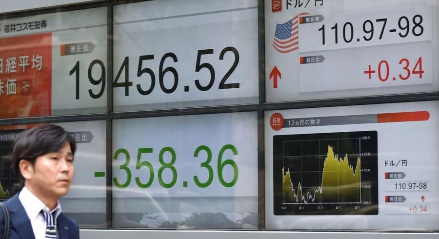 De asiatiske aktier avancerer i ugens takt tirsdag efter endnu en rekordrække på Wall Street mandag, hvor investorerne satser på, at Kongressen vil vedtage den meget omdiskuterede skattereform.
