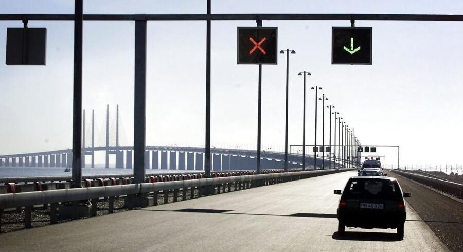 Testkørsel af Øresundsbroen. På Peberholm har man dels denne fine udsigt med den otte km lange bro, dels et vue inde over det flade Saltholm på venstre hånd. Man kommer tæt på en ellers ukendt natur. På hele den 16 km lange strækning er det trafiksignaler, som kan styre trafikken.