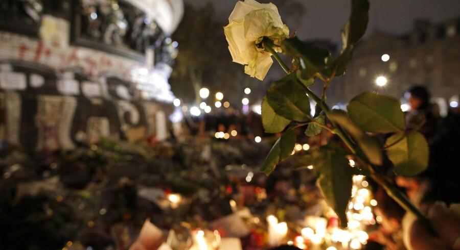 Blomster fra sørgende i Paris.