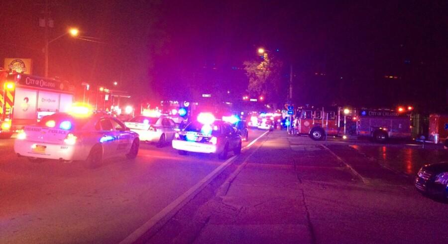 Politibiler uden for natklubben Pulse i Orlando i Florida, hvor omkring 20 blev dræbt af skud natten til søndag. 42 andre blevet såret, oplyser det lokale politi. FBI har indledt efterforskning af skyderiet på natklubben i Orlando for at få klarlagt, om det var et terrorangreb. Scanpix/Ho