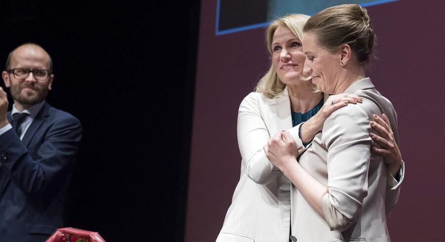Mette Frederiksen og Helle Thorning-Schmidt ved den ekstraordinære socialdemokratiske kongres i 2015.