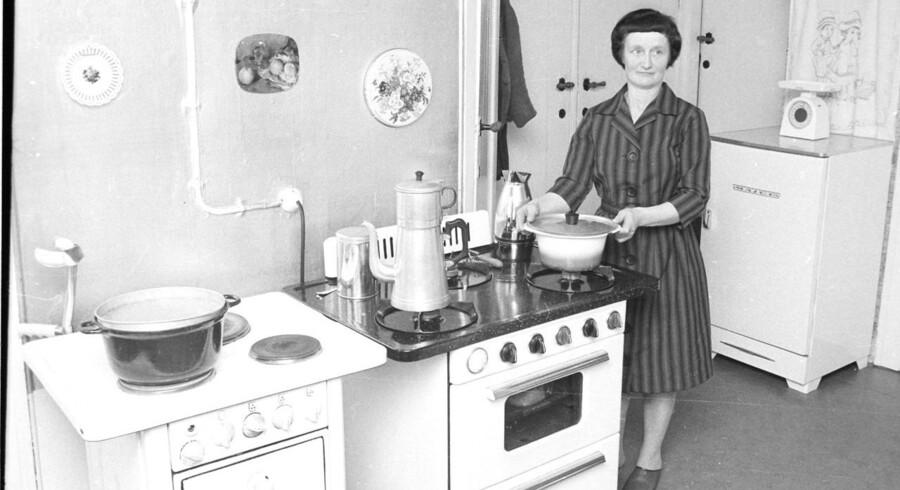 Husmor-begrebet er ikke ved at forsvinde i historiebøgerne. Tværtimod ser en sociolog tegn på, at flere og flere danske kvinder vælger husmorrollen frem for en karriere. En arbejdsmarkedsanalyse fra Danmarks Statistik viser, at 21.000 kvinder sidste år ikke søgte job, fordi de passede huset og deres børn. Her et billede fra arkiverne af en landmandskone i køkkenet i 1970.