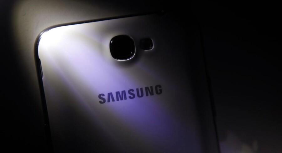 Trods lanceringen af den nye topmodel, Galaxy S4, og andre telefoner som denne Galaxy Note II og nye tavle-PCer i Galaxy-serien går Samsungs mobilsalg tilbage i forhold til 1. kvartal. Sammenlagt er der dog ny rekord i overskud. Foto: Barry Huang, Reuters/Scanpix