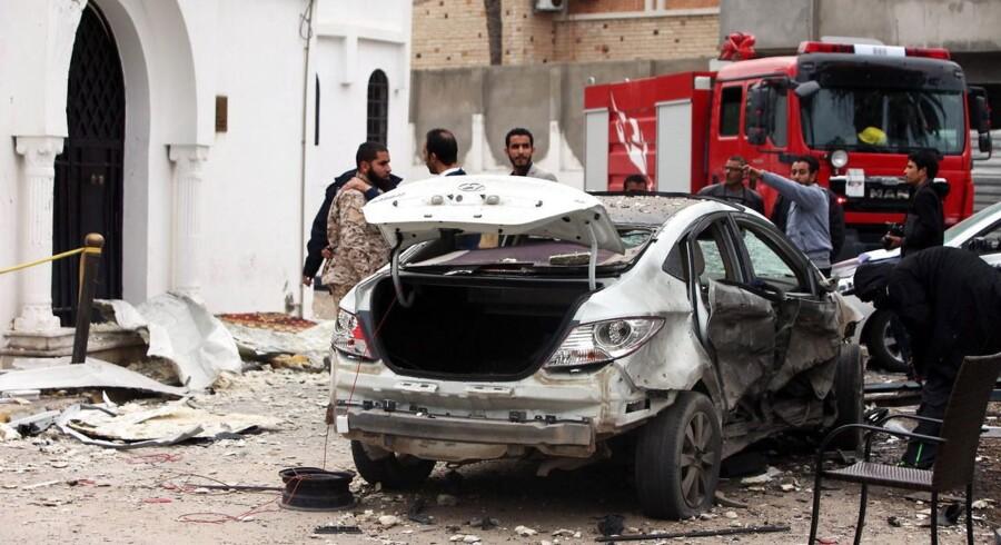 Libyske sikkerhedsmyndigheder inspicerer en smadret bil, efter at en bombeeksplosion foran Algeriets ambassade i Tripoli lørdag kostede tre sikkerhedsvagter livet. EUs udenrigsministre blev mandag enige med Den Arabiske Liga om at samarbejde for at dæmme op for islamistisk terror, som oftest rammer muslimske lande.