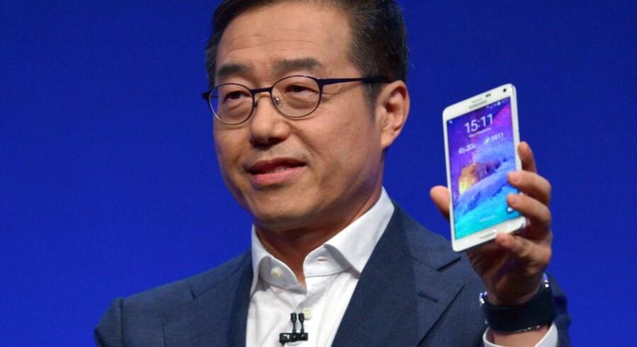 Galaxy Note 4 på 5,7 tommer er Samsungs nyeste topmodel. Den blev onsdag fremvist i Berlin af topchefen for Samsung Mobile, D.J. Lee. Foto: Rainer Jensen, EPA/Scanpix