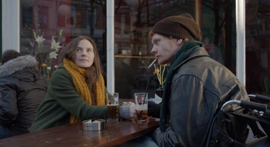 Samspillet i »I dine hænder« mellem svenske Lisa Carlehed og Peter Plaugborg er grimt og skurrende, gnistrende og ømt, intimt og ærligt. Eller kort sagt meget overbevisende og ægte.