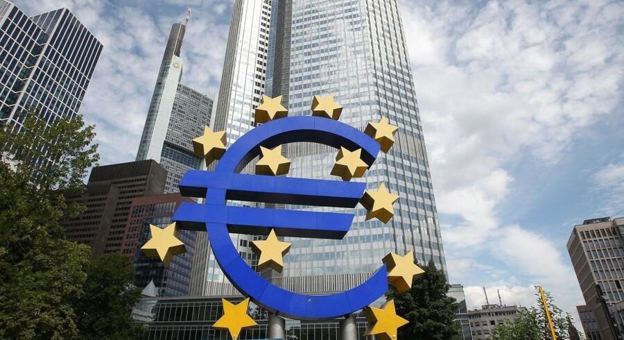 Den økonomiske samarbejdsorganisation OECD nedjusterer sit vækstskøn for eurozonen og anbefaler samtidig ECB at begynde at trykke flere penge.