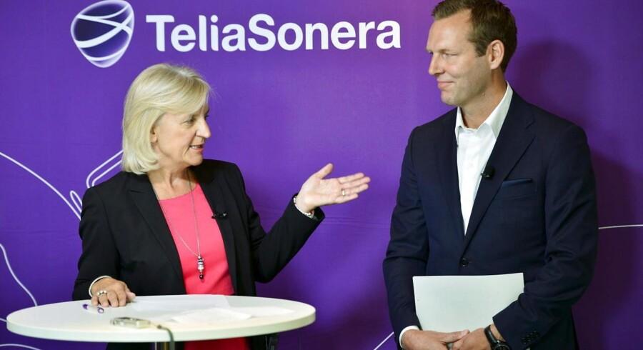 Johan Dennelind (til højre) skal fra september lede Nordens største teleselskab, svenske Telia, som nu også er den største folkeaktie i Sverige. Bestyrelsesformand Marie Ehrling (til venstre) præsenterede den nye topchef 17. juni. Arkivfoto: Henrik Montgomery, EPA/Scanpix