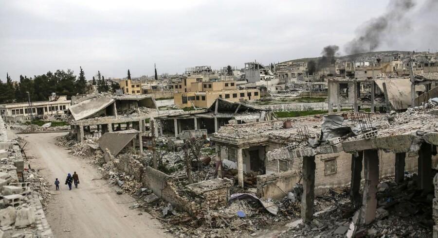 Den udbombede syriske by Kobane i marts.