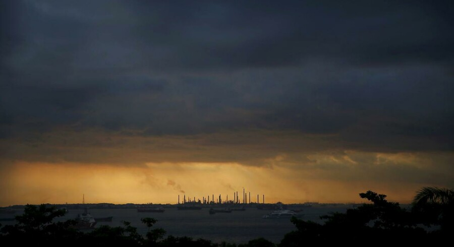 Oliepriserne kan fortsætte med at falde, anslår Det Internationale Energiagentur.