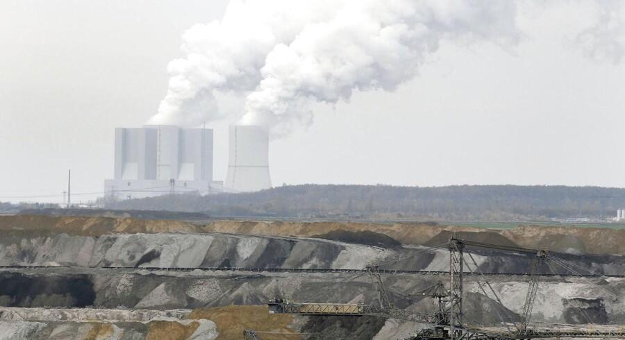 »I øjeblikket er det sådan i energiverdenen, at alt bare tordner nedad. Det gælder ikke bare olien, det er også elektricitet, kul og CO2-kvoter. Normalt er det sådan, at når kul falder, så stiger CO2-priserne, men det er ikke sket,« siger direktør for internationale markeder hos elhandelsselskabet Energi Danmark, Thomas Elgaard Jensen.